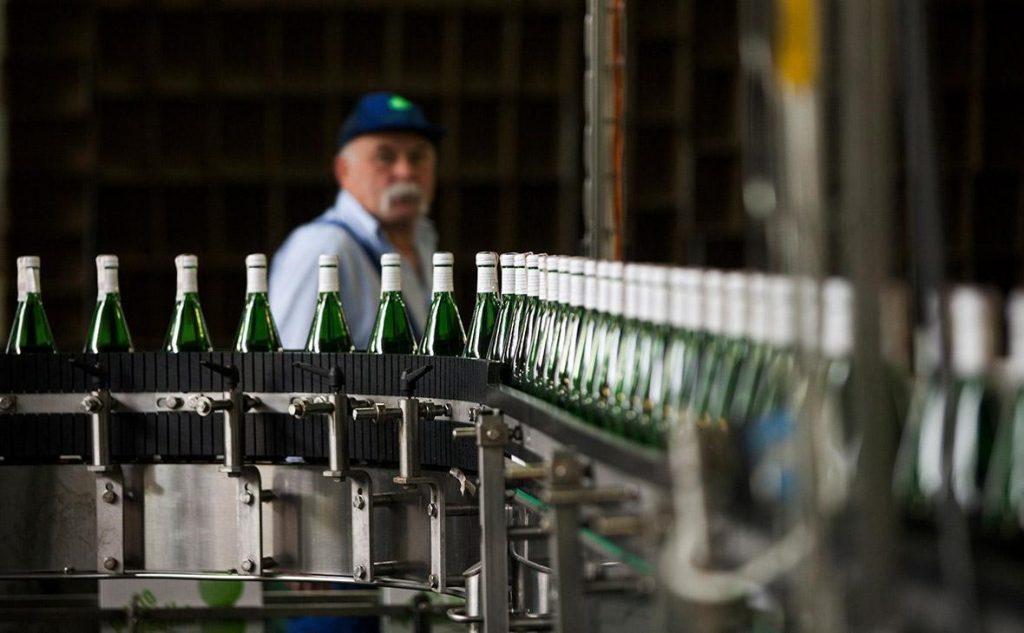 Конвейер с бутылками